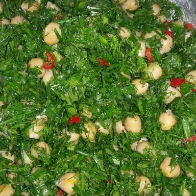 סלט עשבי תיבול וגרגירי חומוס