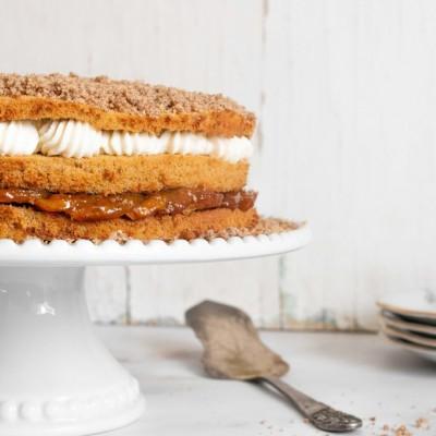 עוגת שכבות עם מסקרפונה מוקצף ותפוחי עץ מקורמלים בטופי דבש