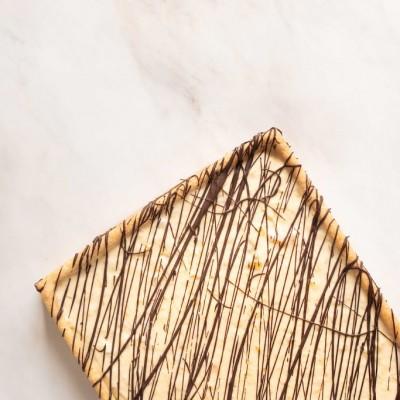 פאי פטיסייר-מסקרפונה-בננה עם שוקולד קראנצ'י מעל
