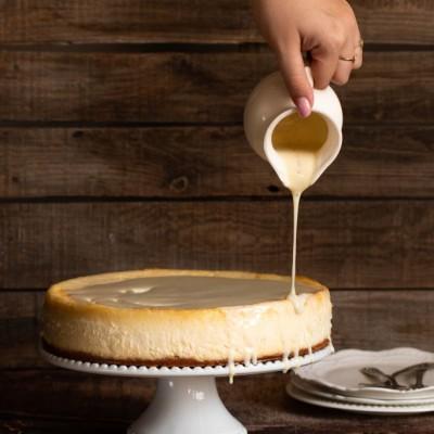 עוגת הגבינה של הקופי בר עם שוקולד לבן והל