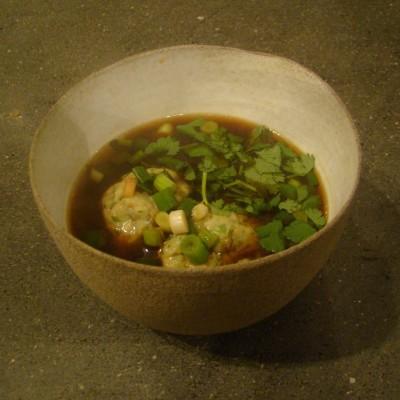 מרק מיסו עם כדורי דגים