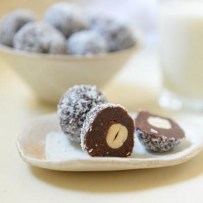 חלב שקדים + כדורי שוקולד, תמרים ושקדים