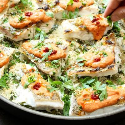 דג צלוי על אורז עם תרד ורוטב טחינה אדומה