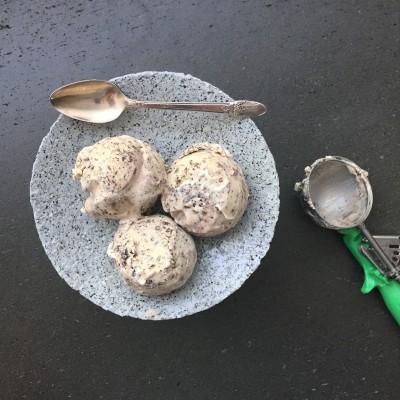 גלידת טחינה עם פצפוצי שוקולד