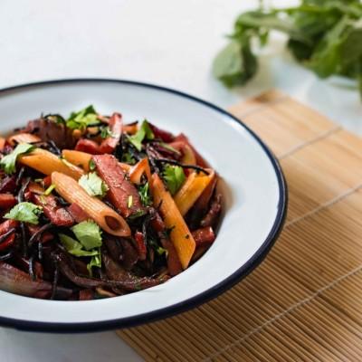 פסטה מוקפצת עם ירקות ואצת היז'יקי