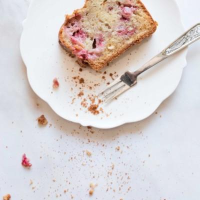 עוגה בחושה עם תותים ושוקולד לבן