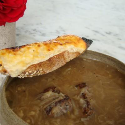מרק בצל עם נתחי בשר