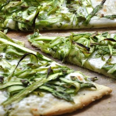 פיצה עם אספרגוס ומוצרלה