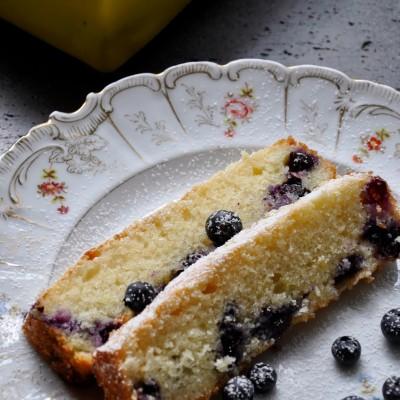 עוגה בחושה ב-6 דקות עם אוכמניות בניחוח לימון