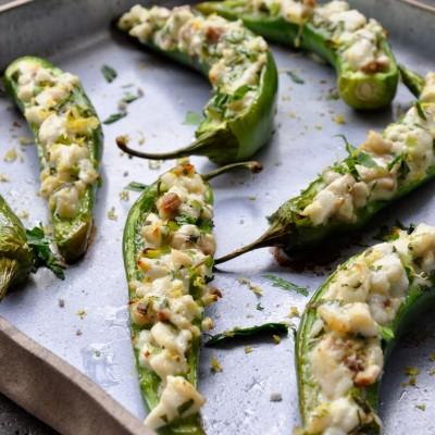 פלפלים חריפים ממולאים בטרטר דג וצלויים בתנור