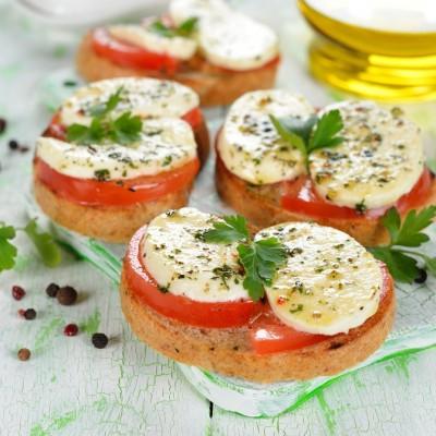 ברוסקטה עם עגבניות ומוצרלה