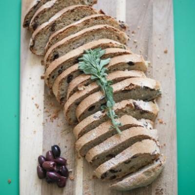 לחם מחמצת עם זיתים ואורגנו טרי