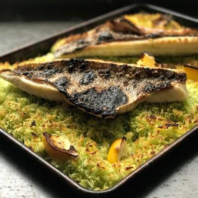 בר ים צלוי על אורז ירוק עם רוטב קארי צהוב